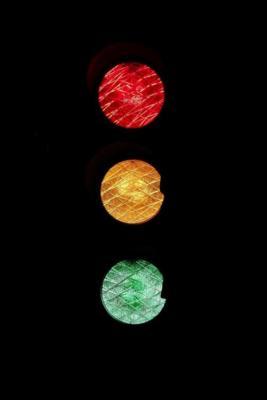 Un semaforo rosso giallo e verde