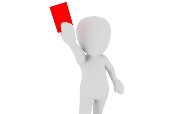 Persona che presenta il cartellino rosso al proprio fornitore di revamping